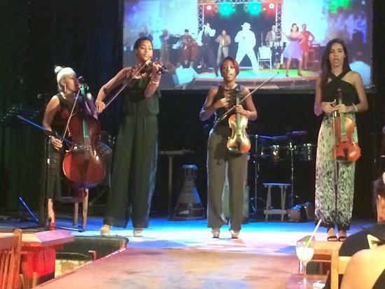Legendarios del Guajirito : String ensemble