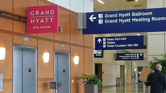 Grand Hyatt DFW : エレベーター・エスカレーターでフロントへ。