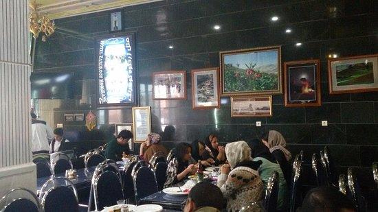 Chelgerd, Iran: para tamu bersantap