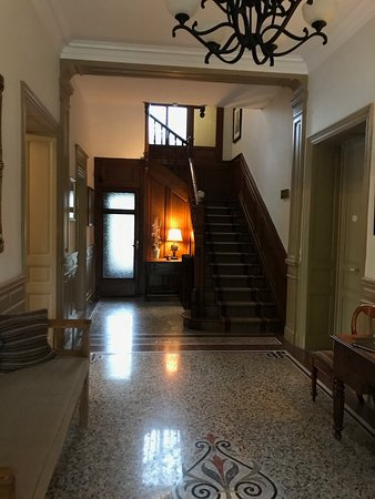 La Villa De Mazamet: The calm entrance hall