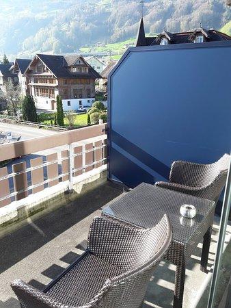 Beckenried, سويسرا: Terrasse et vue sur la route