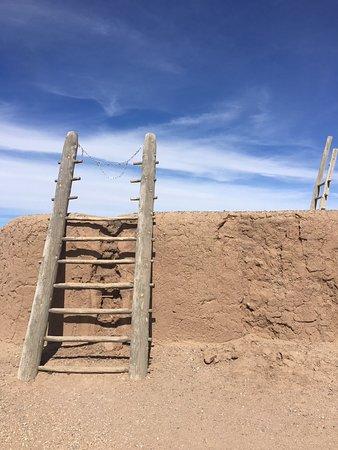 Bernalillo, Nuevo Mexico: Outside the Painted Kiva (recreated ruins)