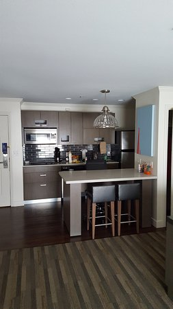 Hyatt House San Diego Sorrento Mesa: Big kitchen and closet. Order Groceries from Ralphs!