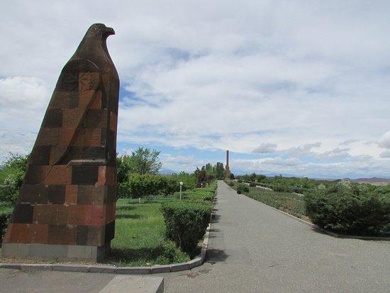 Sardarapat Memorial: Аллея
