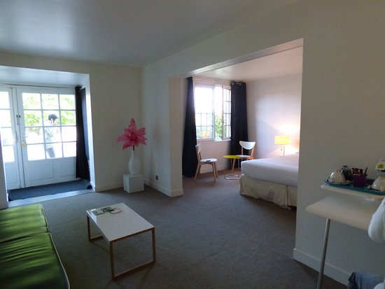 Les Canisses : très propre, wc séparé, grande chambre, excellente ltterie