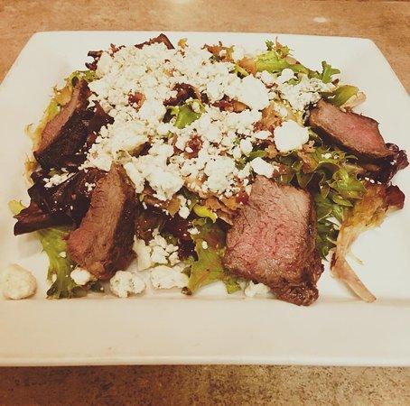 Plainville, كونيكتيكت: Black & Blue Salad