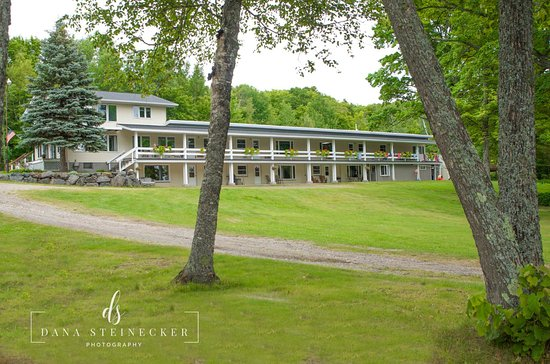 Michigamme, MI: Outside view of resort building