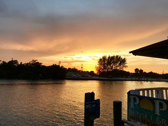 Pop's Sunset Grill: Beautiful sunset location. Get coconut shrimp!