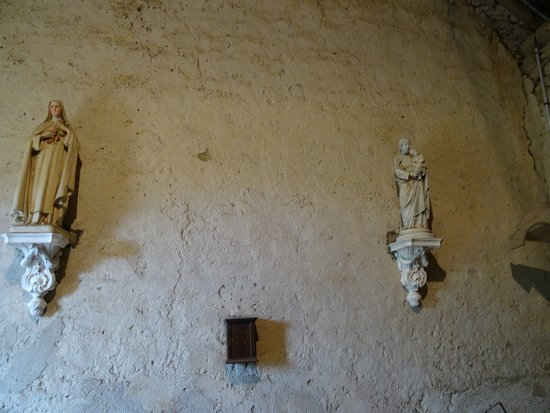 Brianny, France: Statues