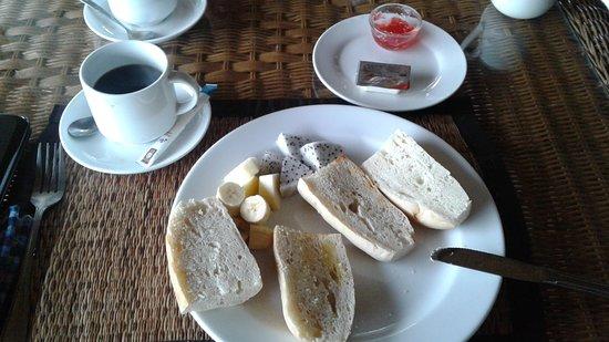 Ban Xieng Lom, Laos: Tristounet petit déjeuner avec mini-portion beurre/confiture