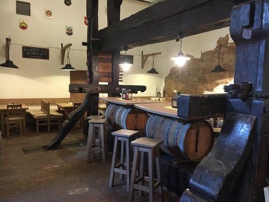 Mailberg, Austria: Eine alte Weinpresse inmitten des Schlosskellers