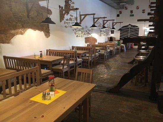 Mailberg, Austria: Das Restaurant Schlosskeller bietet genügend Platz für bis zu 70 Personen.