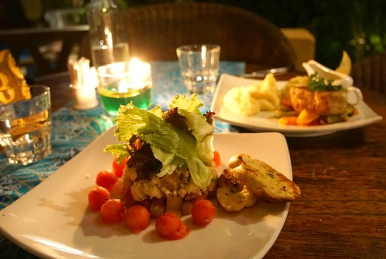 Bunutan, Indonesia: Chicken-feta-melon salad, fish of the day & mashed potatoes