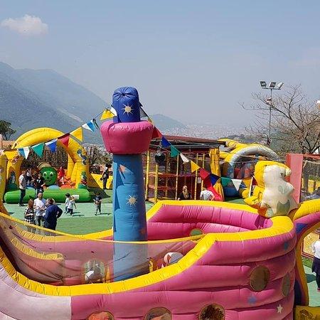 Cava De' Tirreni, Italie : Nel parco vi è un'area giochi per bambini fino a 10 anni, dove questi ultimi, possono trascorrer