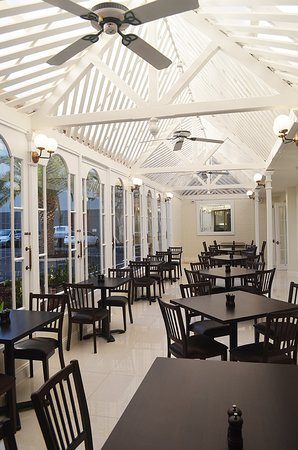 Burke & Wills Hotel : Join us for breakfast in the Conservatory & Glasshouse