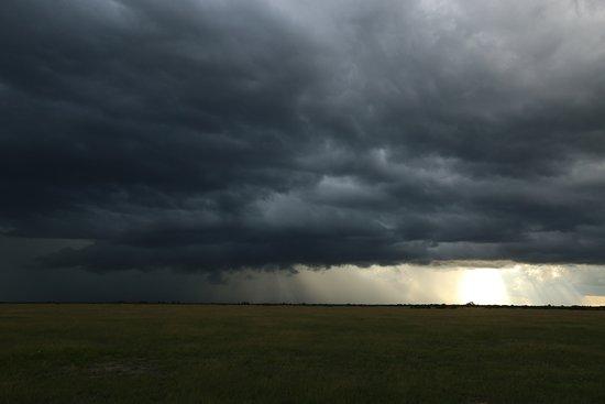 Nxai Pan National Park, بوتسوانا: Approaching rain storm