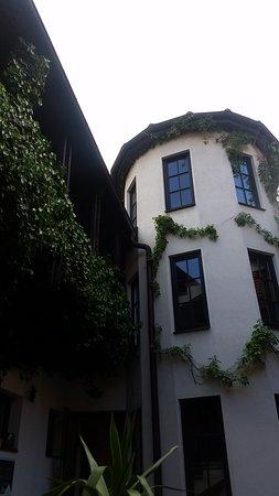 Elsterwerda, Alemania: Blick im Innenhof auf das Treppenhaus des Hotels
