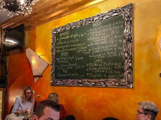 Saturnino : Originelle Speisekarte hinter mir an der Wand