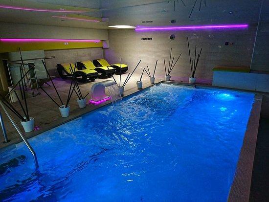 Les Angles, France: Notre piscine est ses trois jacuzzis pur vous détendre où faire quelques longueurs