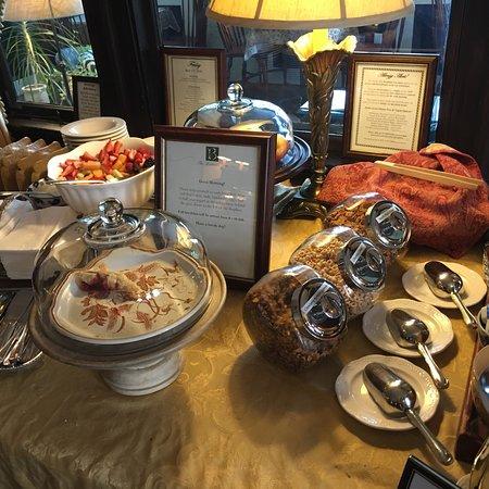 The Bertram Inn: So cute! Breakfast area and Victorian rooms