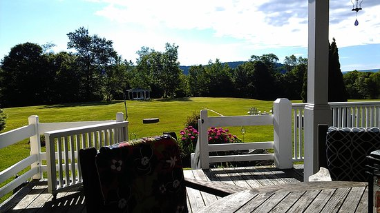 Inn at Clearwater Pond: Quechee Gorge Hillside View from the backyard