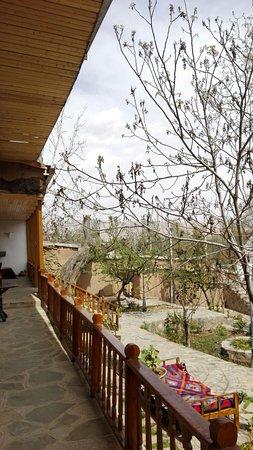 Shahmirzad, Iran: Uitzicht op de tuin vanaf de veranda