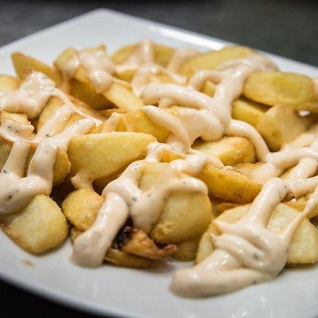 La Cellera De Ter, Spain: Patatas bravas con una deliciosa salsa casera.