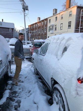 Hawthorne Hotel: Staff helping me get snow off car