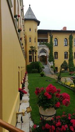 Four Seasons Hotel Istanbul at Sultanahmet: Cour dans laquelle se situe le restaurant