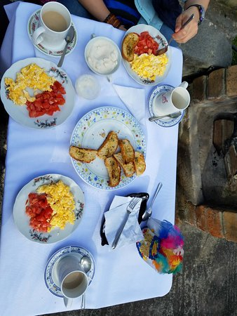 San Rafael, Ecuador: BREAKFAST AT THE GARDEN