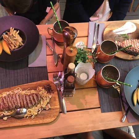 Juste hallucinant! Le rumpsteak sur lit de pâte aux truffes et le steak de thon sont des régals!