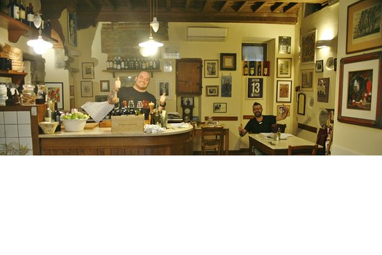 Vini e Vecchi Sapori: Signore Cedro on the left Tommaso on the right. This is the size of the eating room.