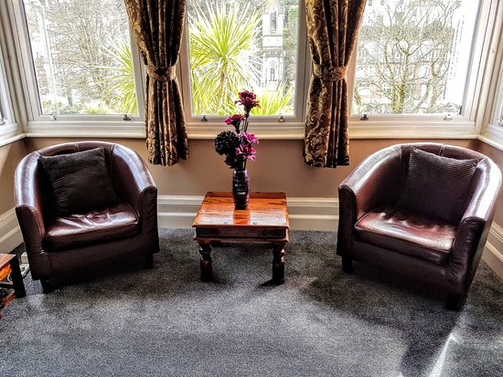 Kingsholm Hotel: Our Sunny Lounge overlooking Torwood Gardens