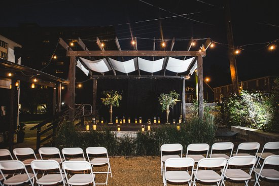 Atenas, GA: Embrace the romantic glow of candles and mason jar lighting in the Garden Courtyard.