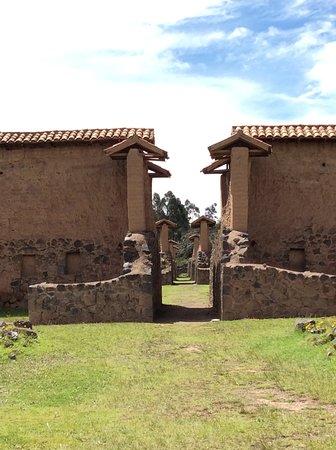 Parque Arqueologico De Raqchi: Some buildings had roofs