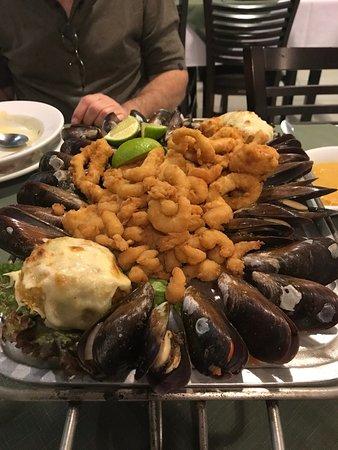 Restaurante Pedrinni de Frutos Do Mar: tábua com camarão, lula, isca de peixe e mariscos