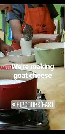 East Los Angeles, Kalifornien: In process of transferring goat cheese into their molds
