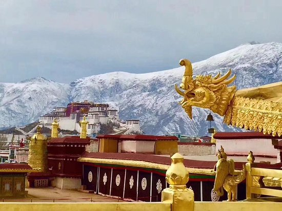 ‪‪Lhasa‬, الصين: Potala Palace and Golden roof of Jokhag temple ‬