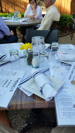 Hendel's Restaurant: Table setting