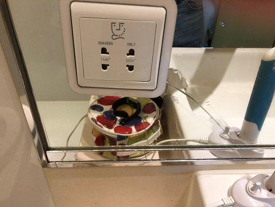 โรงแรมเรอเนสซองซ์ยวู่หยวน: Broken Mirror