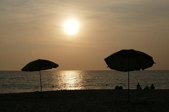 หาดสุรินทร์: Happiness found in the most simple things. Watching the sun go down with your family.