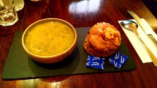 Deacon's House Cafe: Zuppa di zucchine e basilico con 'scone' al formaggio