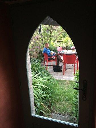 Kerbors, France : vue sur le jardin depuis la salle petit déjeuner