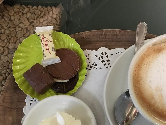 Tea-room De Proeverie: Coffee - came with whipped cream and chocolates!