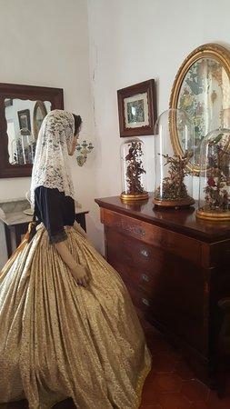La Granja: Un tocador y espaejo con figura ataviada con traje típico mallorquín