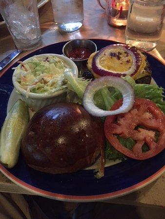 Brookhaven, Estado de Nueva York: Cheeseburger with Coleslaw