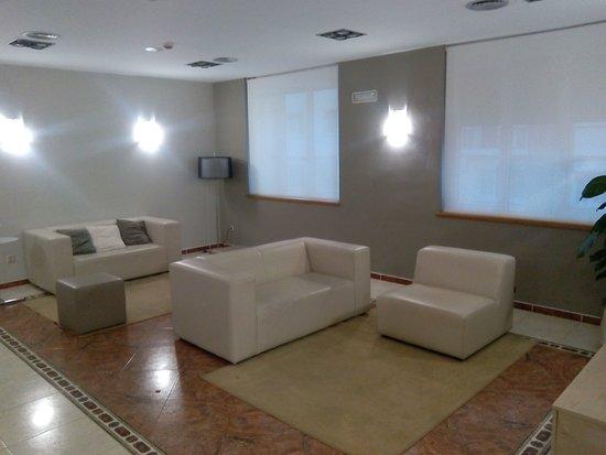 Hotel Isabel de Segura: Rincon del hotel lado recepción.