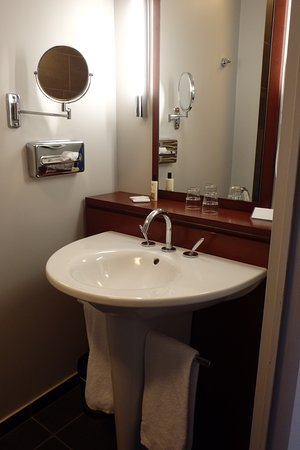 Perignat-les-Sarlieve, Francja: Une salle de bain bien équipée