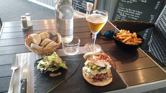 Saint-Sulpice-et-Cameyrac, France : Burger rustique