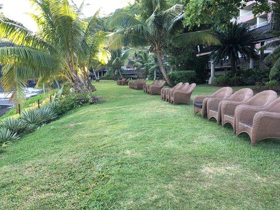 Arue, Polinésia Francesa: Giardino con poltrone per ammirare il tramonto.